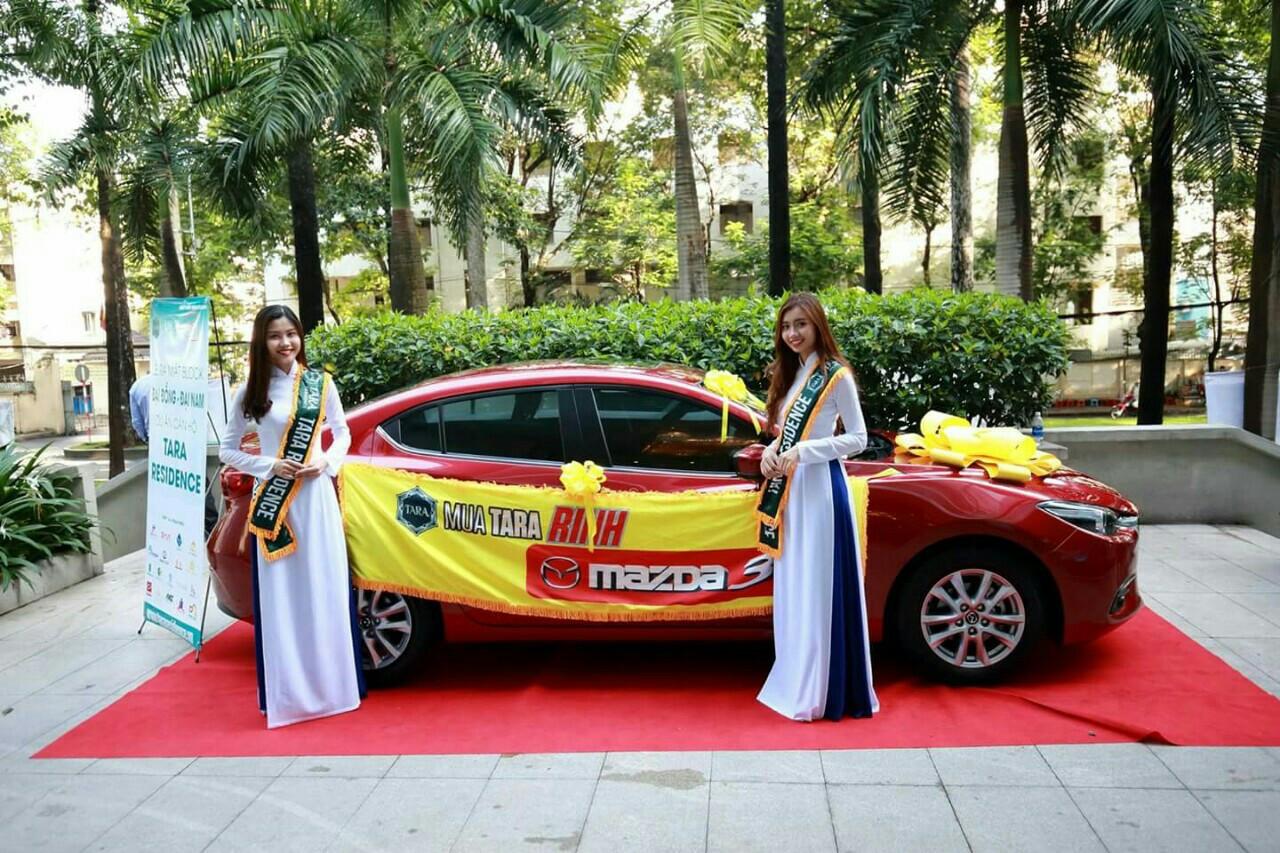 Trước sảnh hội nghi, 4 chiếc Mazda là phần thưởng cho cư dân Tara Residence tiếp thêm một niềm vui lớn cho Khách Hàng tham gia sự kiện gia hung land